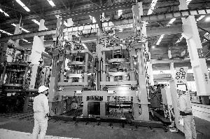 《华宇平台总代_益神:国内首台65英寸框架式液压硫化机成功下线》